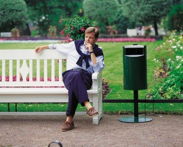 City 30 - Avfallsbeholder på 30l, montert på stolpe, i park