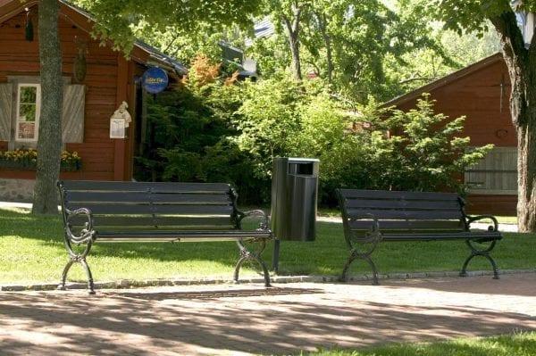 City 60 - Avfallsbeholder på 60l, montert på stolpe i park
